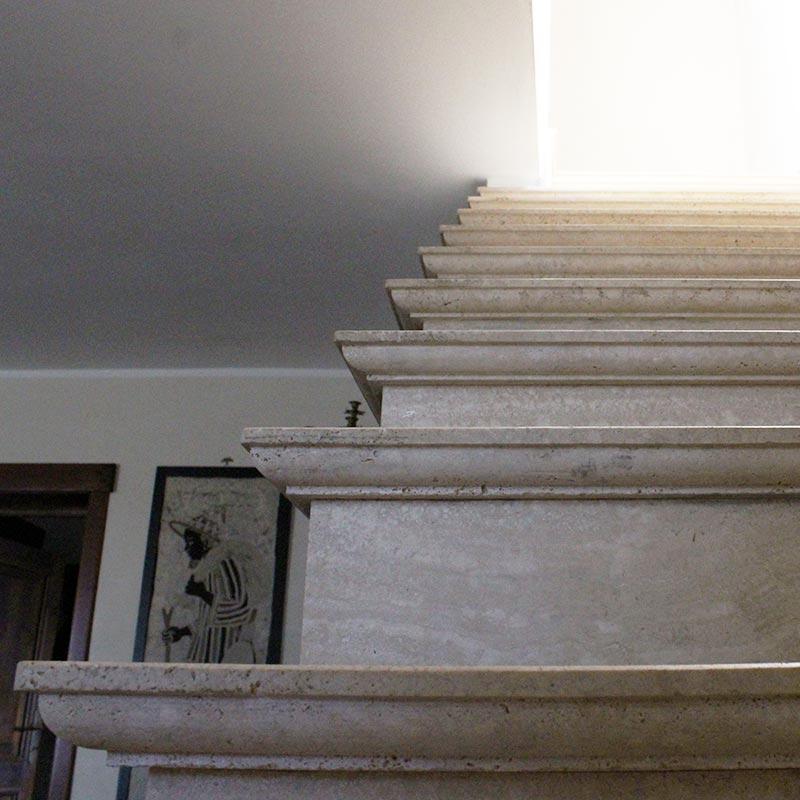 Dettaglio scala in travertino romano antichizzato