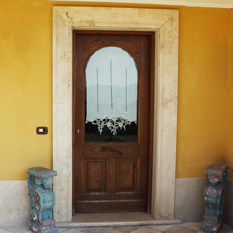 Cornice ornamentale per porta d'ingresso