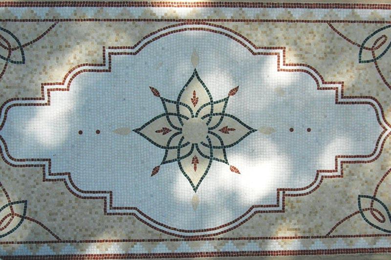 Tavolo rettangolare realizzato con la tecnica del mosaico